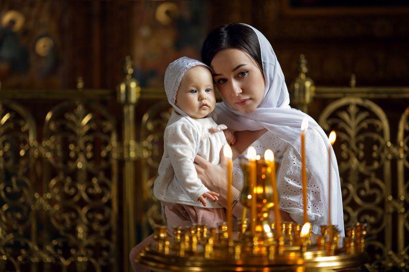 церковь, храм, крещение, девушка с младенцем, молитва, свечи, мать и дитя В церквиphoto preview