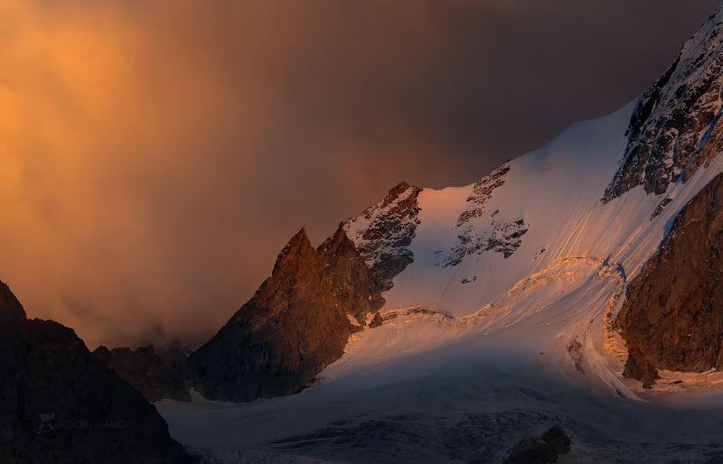 северный кавказ, кабардино-балкарская, кавказский хребет, путешествие, горы, приэльбрусье, ледник, суровый, скалы, вершина, закат, освещение, тёмное, небо, непогода, тучи, Суровый Кавказphoto preview