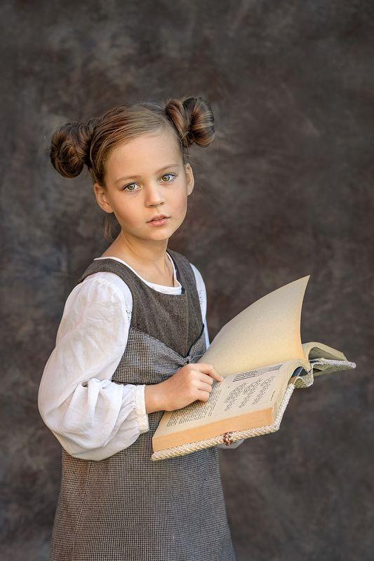 Девочка с книжкойphoto preview