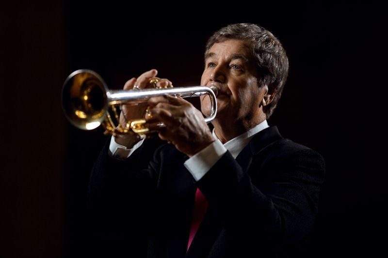зрелый мужчина, пожилой человек, труба, игра на трубе, музыкант, трубач, концерт Маэстроphoto preview