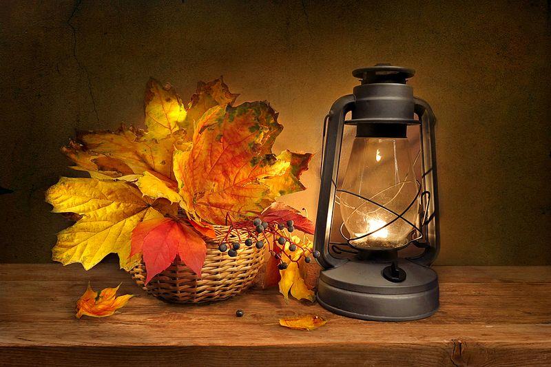 натюрморт,листья,фонарь,корзина Осенние листья и фонарьphoto preview