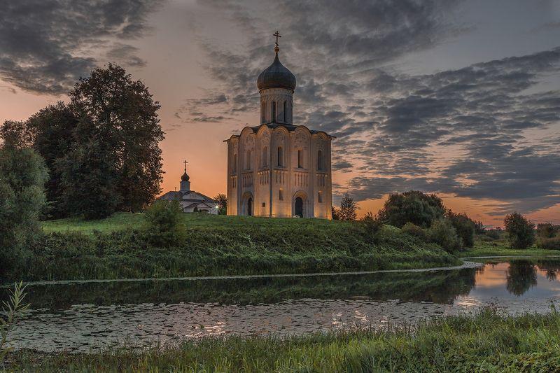 Церковь Покрова на Нерли на рассветеphoto preview