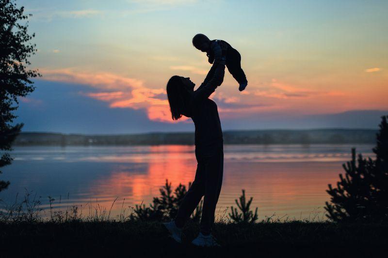 девушка, ребёнок, младенец, девушка с младенцем, синий, розовый, закат, природа, небо, фотосессия На закатеphoto preview