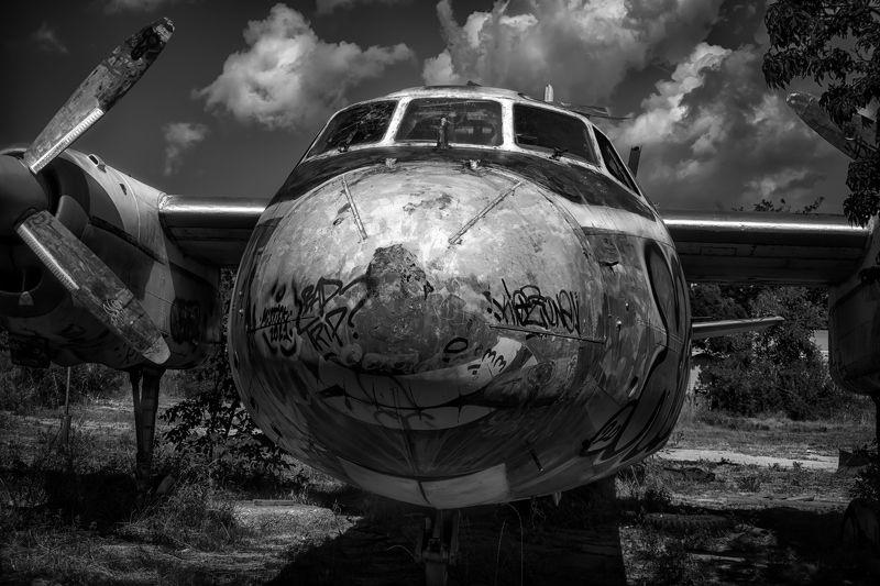 чёрное белое, самолёт,списание,стоянка,старость,авиация,небо,облака Старый самолётphoto preview