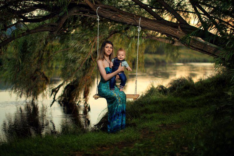 девушка с младенцем, ребёнок, вечер, дерево, шляпа, река, трава, природа, зелёный, лето, тёплый, девушка в шляпке, качель, верёвка Под ивойphoto preview