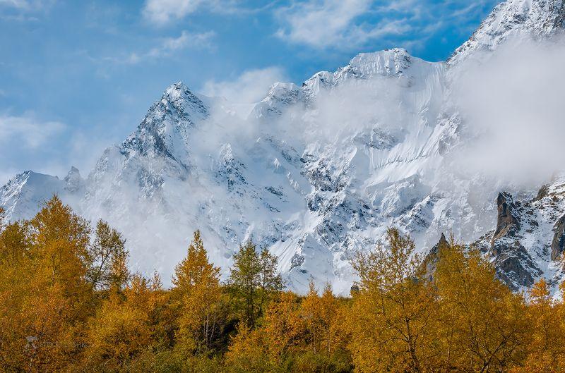 северный кавказ, горы, гора, вершина, путешествие, хребет, кабардино-балкарский высокогорный заповедник, заснеженные вершины, днём, дневное, осень, осеннее, жёлтое, синие, Горная осеньphoto preview