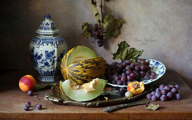 фрукты, виноград, дыня Фрукты на подносеphoto preview