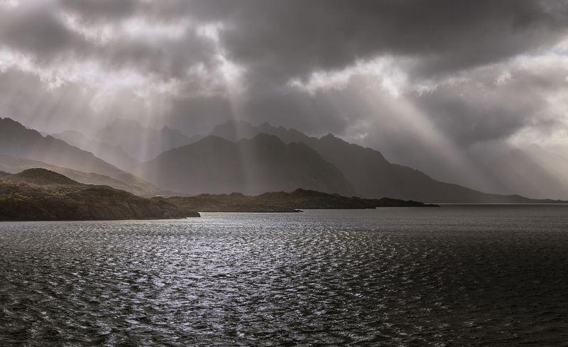 лофотены, норвегия, горы, камни, море, облака, свет, солнце, лучи, На Лофотенах ненастная погода.photo preview