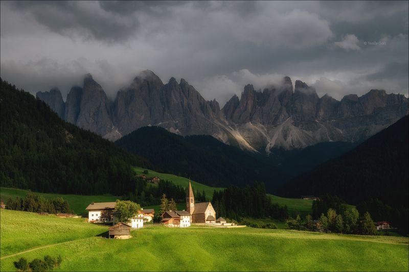 доломитовые альпы,santa maddalena,деревня,val di funes,лето,odle,италия,alps,ranui,san giovanni,церквушка На лужайке залитой солнцем... фото превью
