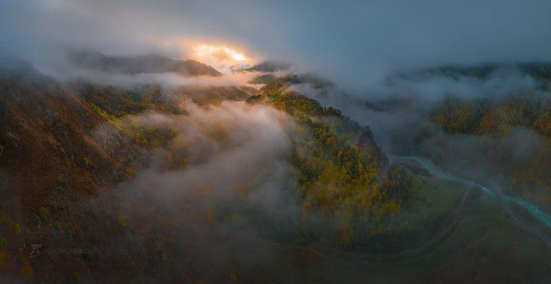 кавказ, кавказские горы, горы, гора, осень, жёлтый, осенний, рассвет, туман, туманный, облака, пасмурно, свет, река, ущелье, долина, речное, хребет, лес, лесное, дорога, путешествие, Рождение легендыphoto preview