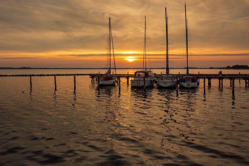 дания, вечер, закат, море, отражения, солнце, лодки, пристань, Вечер на пристани в рыбацкой деревне.photo preview