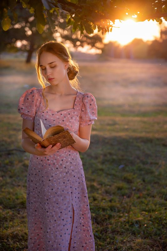 Девушка с книгой photo preview