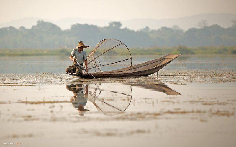 Бирма, Мьянма, Озеро инле, Рыбаки Мьянма, Озеро Инле. На одной ногеphoto preview