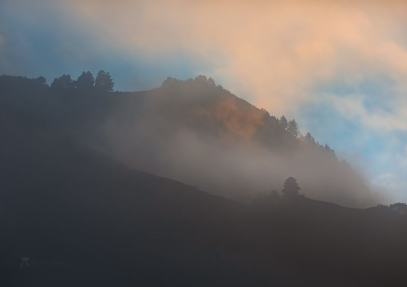 Кавказ, Кавказские горы, горы, гора, осень, жёлтый, осенний, рассвет, туман, туманный, облака, пасмурно, свет, ущелье, хребет, лес, лесное, путешествие, скалы, склон, мистика,  Туманная мистикаphoto preview