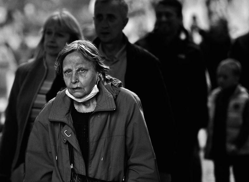 чб фото уличный портрет, жанровый женский портрет; город, люди;  Город и людиphoto preview