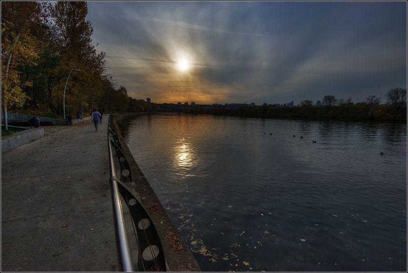москва, вечер, набережная, река, солнце, отражение Вечер на Филёвской набережнойphoto preview