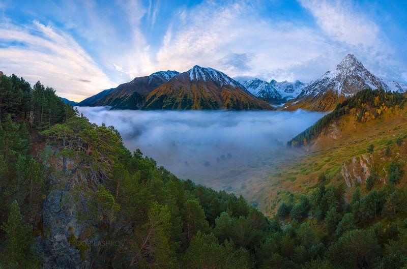 Северный Кавказ, горы, гора, вершина, путешествие, туризм, хребет, Гара-Аузусу, Кабардино-Балкария, туман, туманный, осень, облака, рассвет, заря, Тихтенген, лес, дерево, сосна, долина, зелёный, синий,  Картинаphoto preview