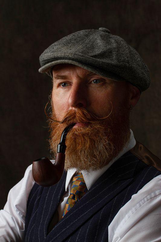 портрет, мужчина, крупно, борода, трубка, усы, кепка Мужчина с трубкойphoto preview