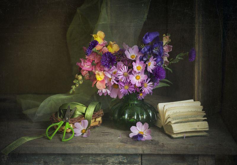 натюрморт, букет цветов, октябрь, книга Чудесный октябрьphoto preview