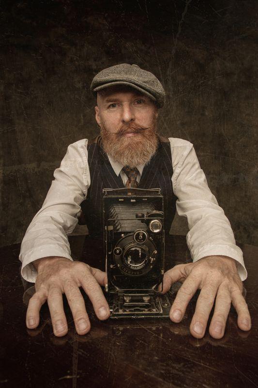Портрет Фотограф мужчина фотоаппарат ретро Фотографphoto preview