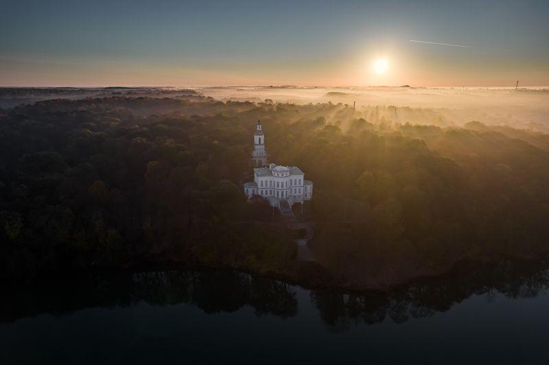 Богородицкий дворцово-парковый ансамбль в утренней дымке.photo preview