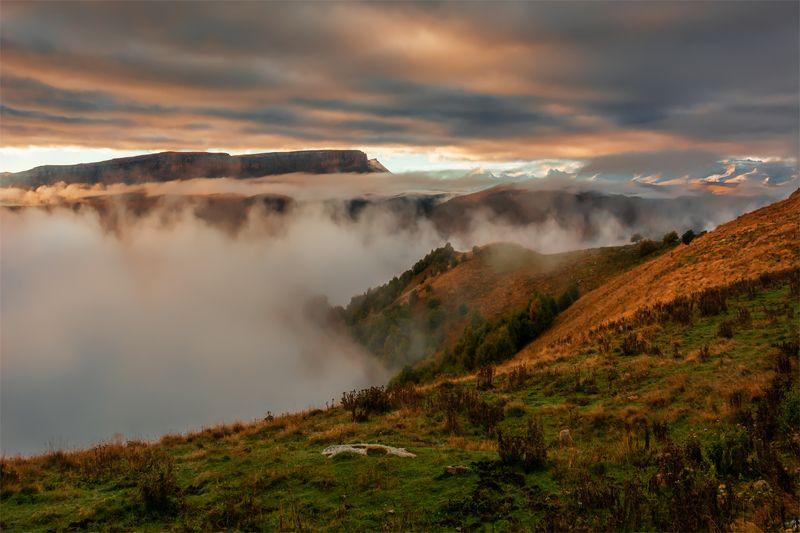 природа, пейзаж, горы, кавказ, природа россии, дикая природа, утро, рассвет, свет, облака, осень Канжол над облакамиphoto preview