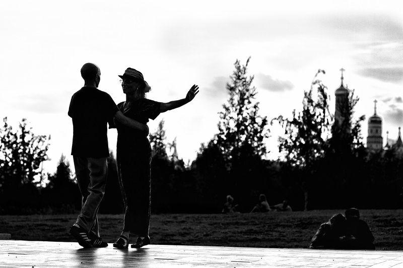 чб фото, уличная фотография, двое, лето, танец Танец для двоихphoto preview