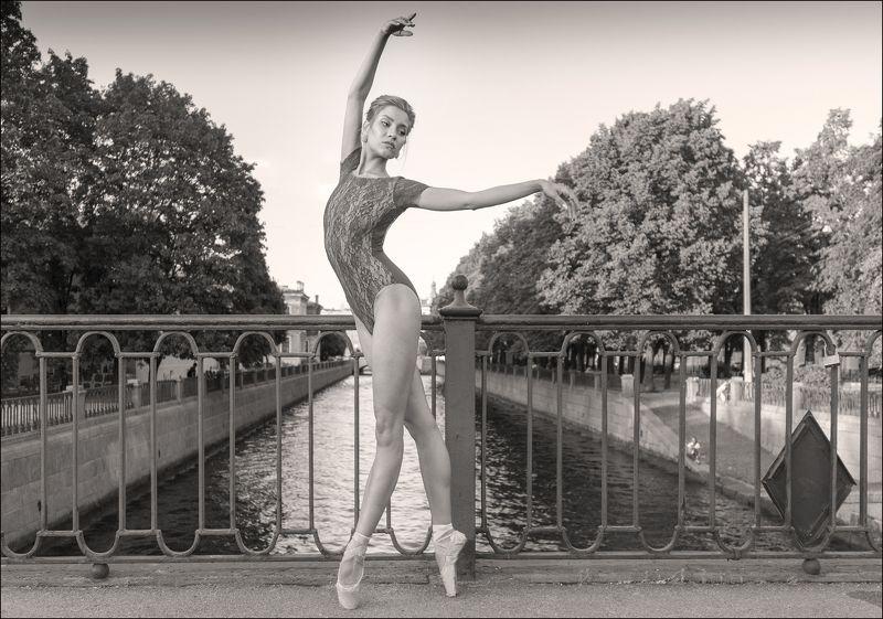 Балерина в центре Санкт-Петербургаphoto preview