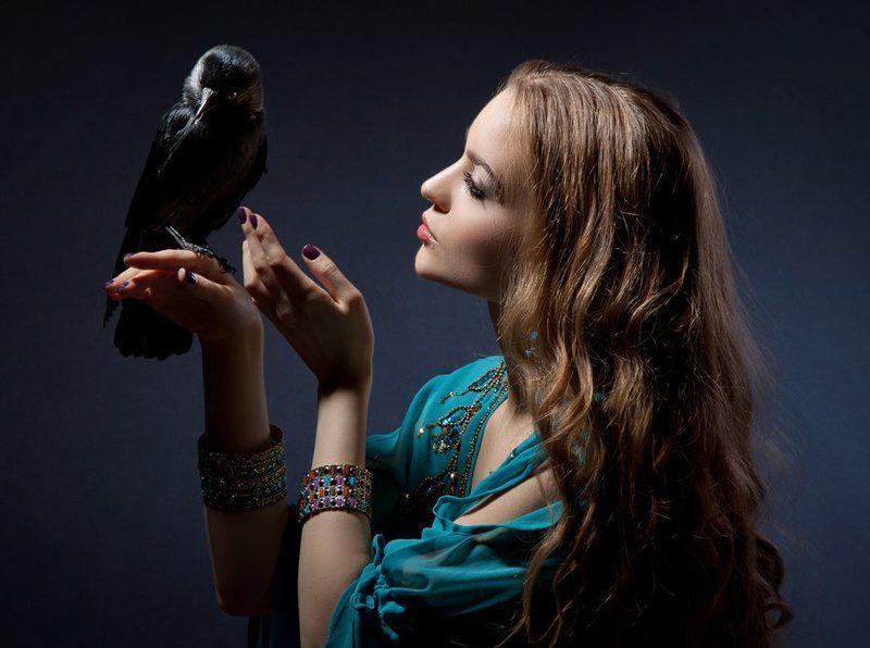 Галка, Галчонок, Девушка с галкой, Домашняя галка, Животные, Питомец, Портрет девушки, Птица разговор с любимицейphoto preview