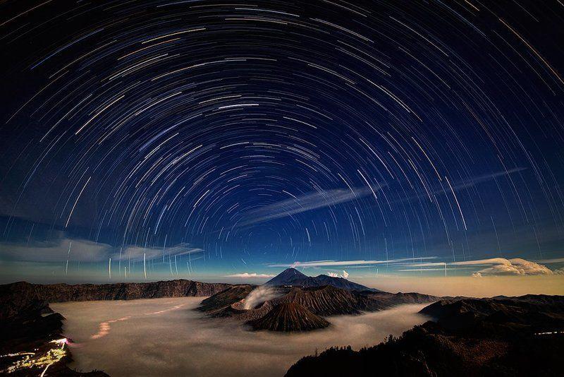Бромо, Вулкан, Звезды, Индонезия, Ночь, Туман, Ява Звездное небо над вулканом Бромоphoto preview