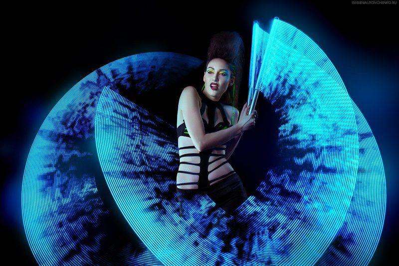 девушка, агрессия, ирокез, пиксельные пои, фризлайт, свет, длинная выдержка, цвет, черный, панк, кибергот, макияж, голубой, зеленый, салатовый photo preview
