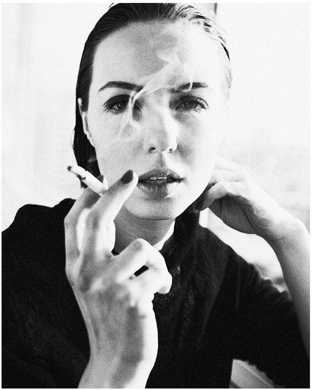 портрет монохром сигарета курить девушка 35 ььphoto preview