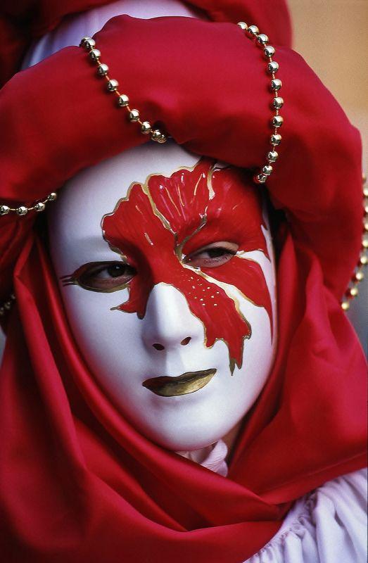 maschera,carnevale,rosso,bianco, perle,occhi,oro Mascheraphoto preview