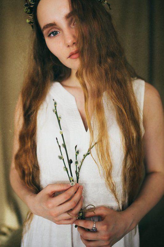 Девушка с вербойphoto preview