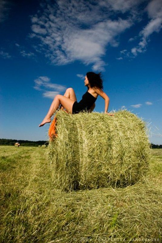 девушка, стог, сено, лето, покос, трава стог свежего сенаphoto preview