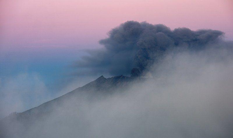Извержение вулкана, Раун (Индонезия)photo preview