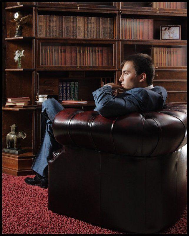 Портрет молодого человека в интерьереphoto preview