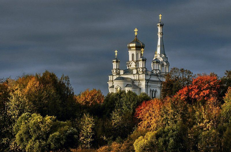 Петергоф церковь осень октябрь Б Белоснежнаяphoto preview