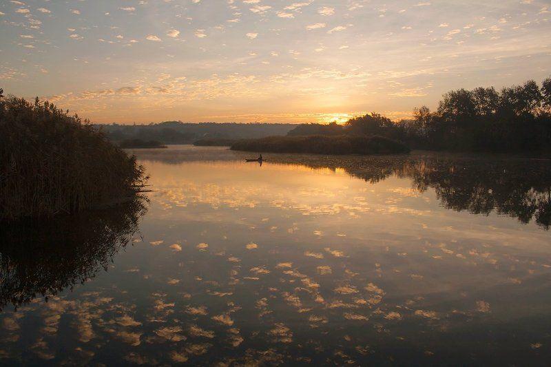Река. Восход.Рыбак. Золотые россыпи.photo preview