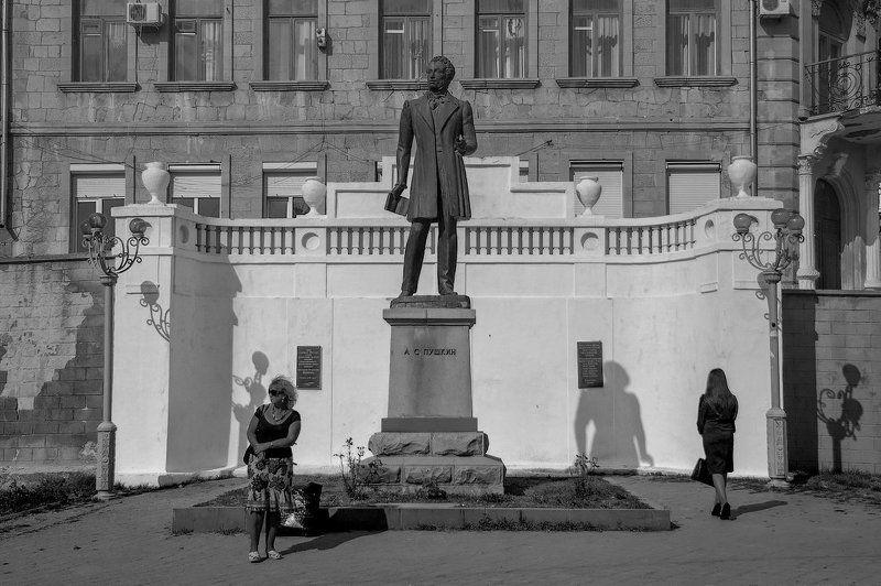 пушкин, памятник, люди, тени, город ...как много в нем отозвалось...photo preview