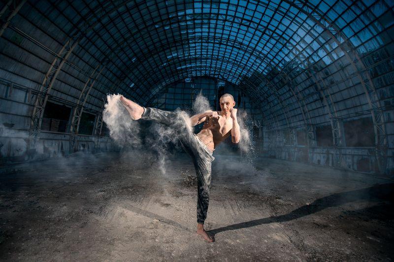 man, boy, sport, training,hangar, smoke, dust, cool, yellow, blue  тренировкаphoto preview