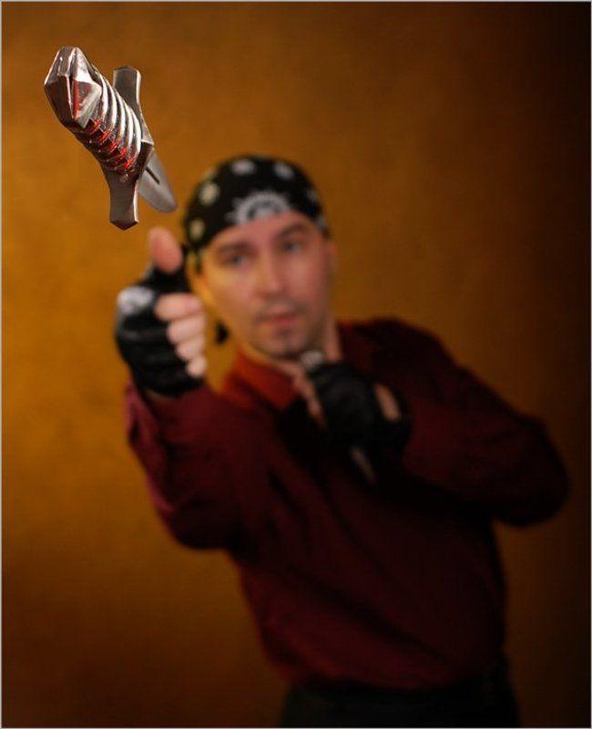 метание ножа, мужчина, нож на стадии полетаphoto preview