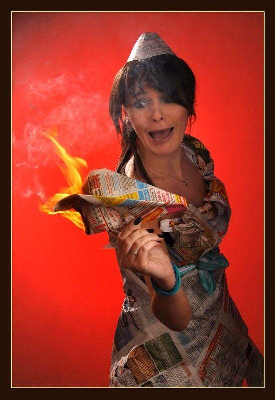 девушка, пожар, огонь, газета, взгляд зажигательный пилотажphoto preview
