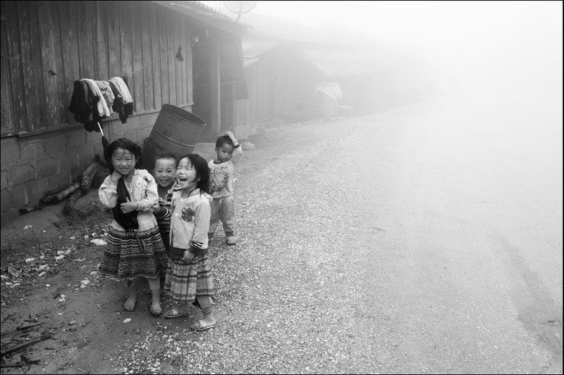 лаос, азия, путешествие, автостоп, горы, туман, дети, смех, чб, дорога, laos, asia,traveling, hitchiking, mountains, fog, foggy, mist, smile, happy, bw, road Lao kidsphoto preview