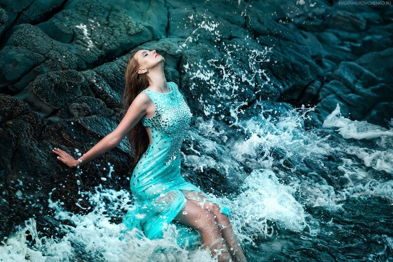 берег, брызги, вода, волна, гламур, голубой, девушка, камни, море, платье, русалка, скалы Морскаяphoto preview