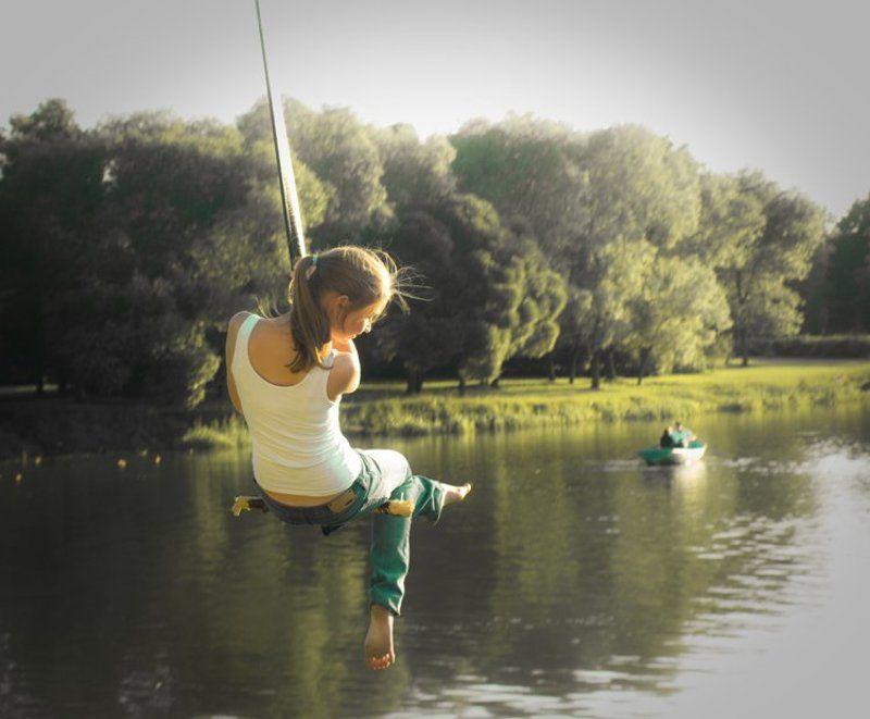 девушка, озеро, лодка, тарзанка В дни вечного летаphoto preview