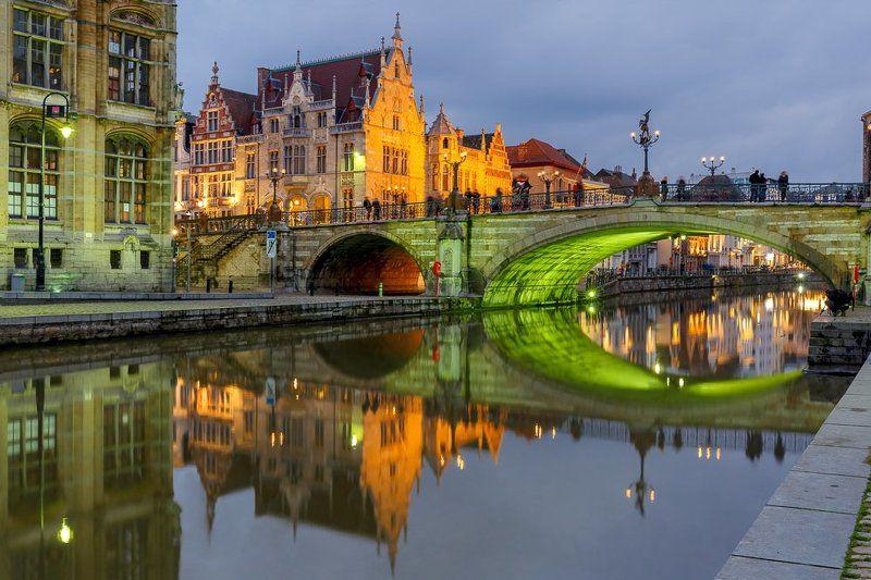 Гент Фландрия Бельгия мост Лейе река набережная ночь отражения Отражения. Зеленый мост Святого Михаила в Генте, Брюггеphoto preview