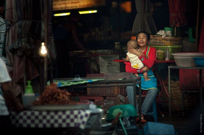 тайланд, рынок, ребенок, семья, азия Продавщица с ребенком на рынке (Тайланд)photo preview