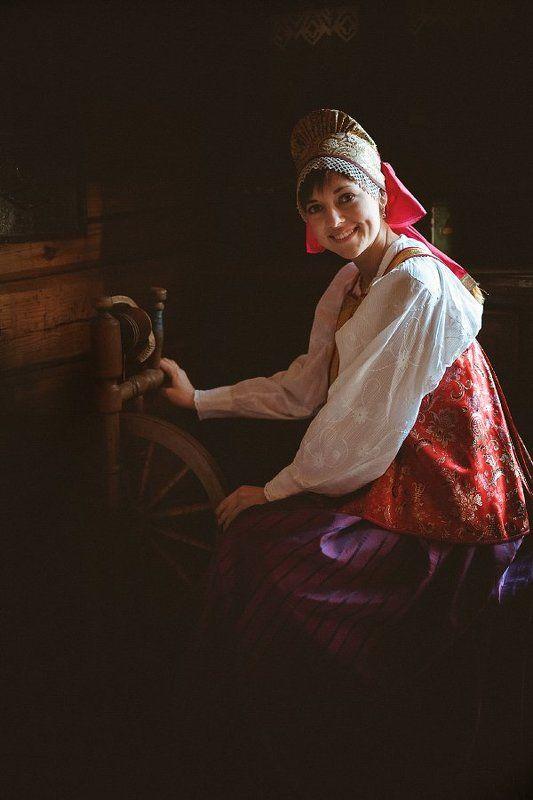 девушка, русский национальный костюм, прялка Портрет девушкиphoto preview