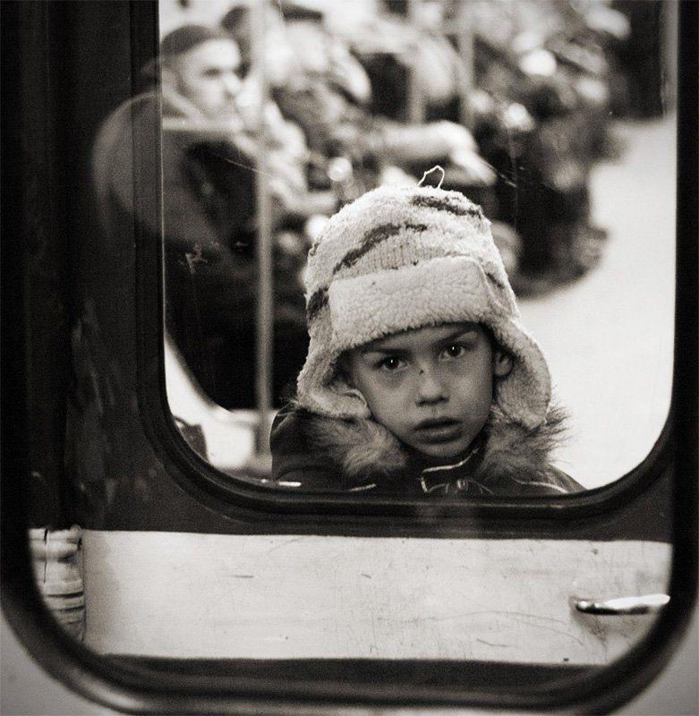 портрет незнакомого мальчика в метроphoto preview